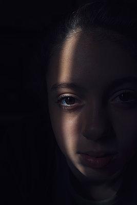 Girl in the dark - p1323m2026179 von Sarah Toure