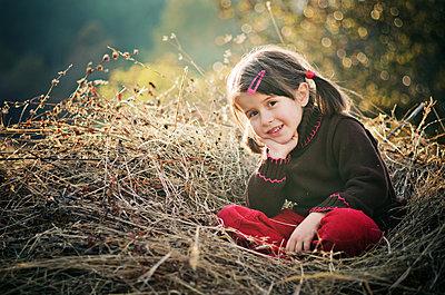 Kleines Mädchen im Heu - p1432m1496452 von Svetlana Bekyarova