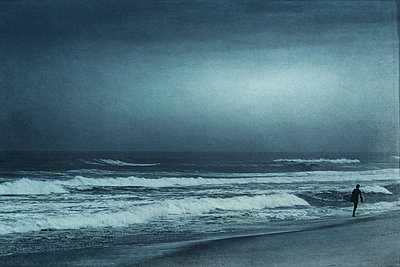 France, Contis-Plage, man walking on the beach, textured effect - p300m1120393f by Dirk Wüstenhagen