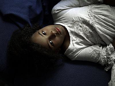 Portrait of dark-skinned girl - p945m1481769 by aurelia frey
