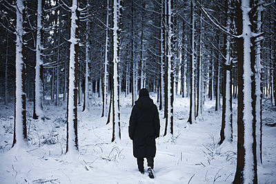 Mann im verschneiten Wald - p1006m1425231 von Danel