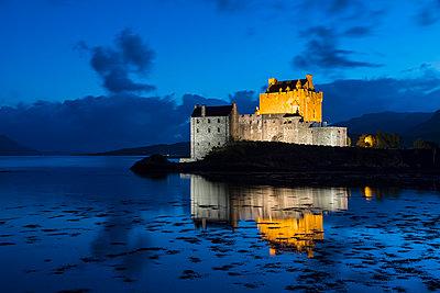 UK, Scotland, Dornie, Loch Duich, Eilean Donan Castle at blue hour - p300m2029027 by Fotofeeling