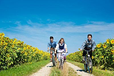 Radfahrer mit Lederhose - p533m885390 von Böhm Monika