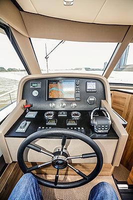 Fahrerstand im Schnellboot - p930m1424198 von Phillip Gätz