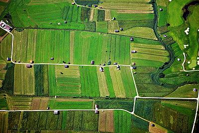 Aerial view farmland - p1016m2044228 by Jochen Knobloch