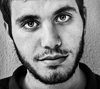 Young man with designer stubble - p1445m2127138 by Eugenia Kyriakopoulou