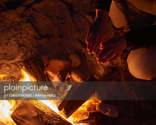 Wärmen am Lagerfeuer - p1124m1090490 von Willing-Holtz