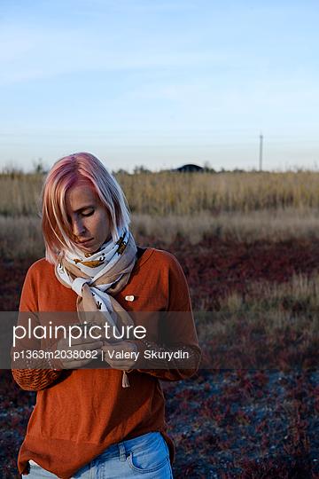 Junge Frau in der Natur - p1363m2038082 von Valery Skurydin