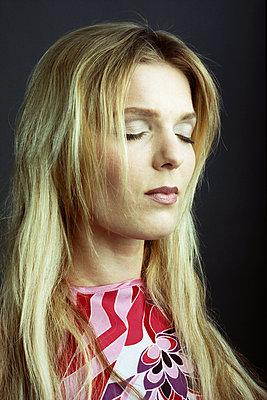 Frau mit geschlossenen Augen - p1210m1561984 von Ono Ludwig