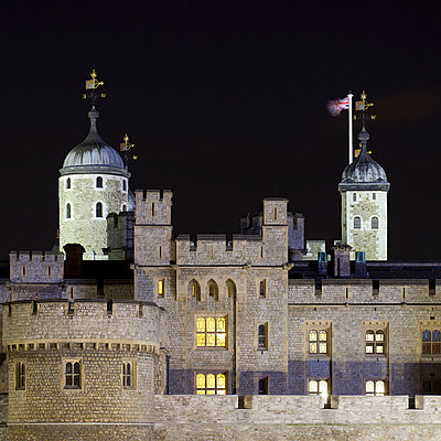 Castle and towers lit up at night - p429m756369 by Alex Holland
