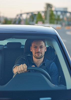 Mann im Auto - p1124m1461100 von Willing-Holtz