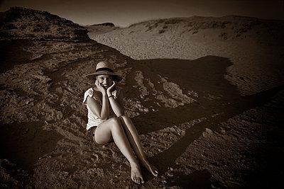 Junge Frau in den Dünen im Abendlicht - p1445m2157956 von Eugenia Kyriakopoulou