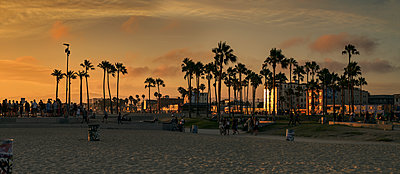 Beach at sunset in Los Angeles, USA - p1350m1423208 by Luxy Images
