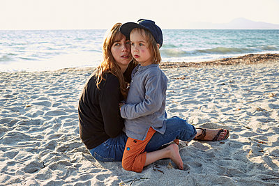 Mother and son on sandy beach - p1511m2223096 by artwall