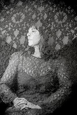 Frau in einem Kleid aus Spitze - p1543m2291591 von Sophia Snadli