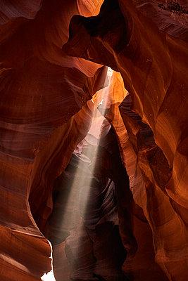 Sonnenstrahlen zwischen Felswänden, Antelope Canyon, Arizona - p1686m2288557 von Marius Gebhardt