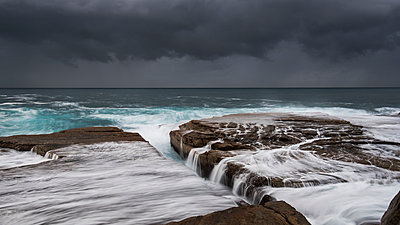 Australia, New South Wales, Clovelly, Shark point in the evening, dark clouds - p300m1166333 by Anton Gorlin