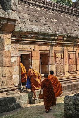 Pilgernde Mönche, Phanom Rung, Thailand - p375m1021441 von whatapicture