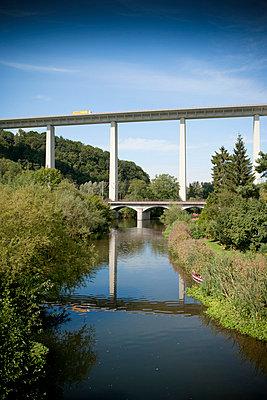 Autobahnbrücke mit Fluss - p550m758655 von Thomas Franz