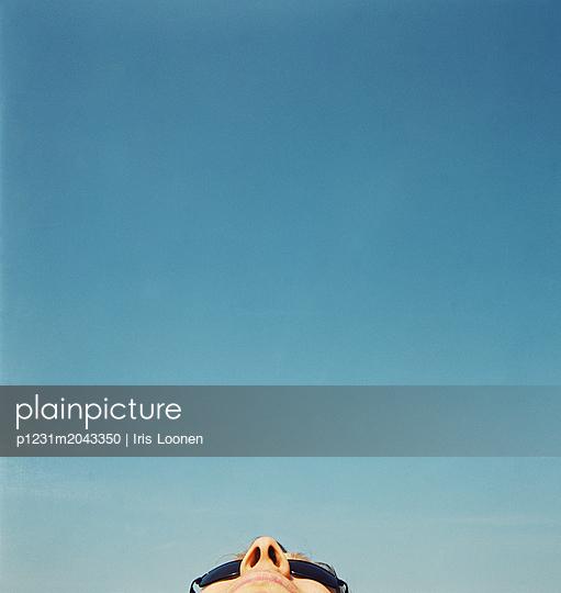 Looking at blue sky - p1231m2043350 by Iris Loonen