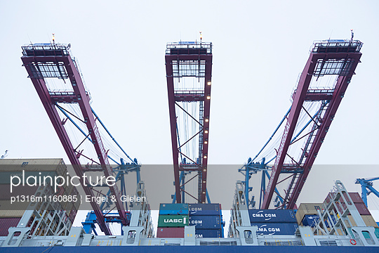 Beladen und Entladen eines Containerschiffes im Container Terminal Burchardkai in Hamburg, Deutschland - p1316m1160885 von Engel & Gielen
