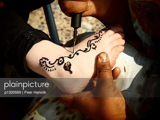 Henna-Tätowierung eines Kindes - p1320599 von Peer Hanslik