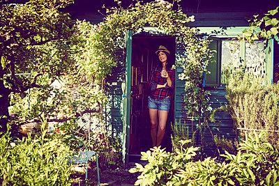 Frau im Gartenhaus - p1312m1176993 von Axel Killian