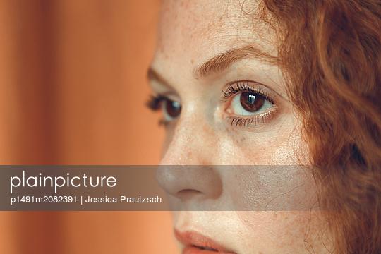 Gesicht einer jungen rothaarigen Frau - p1491m2082391 von Jessica Prautzsch