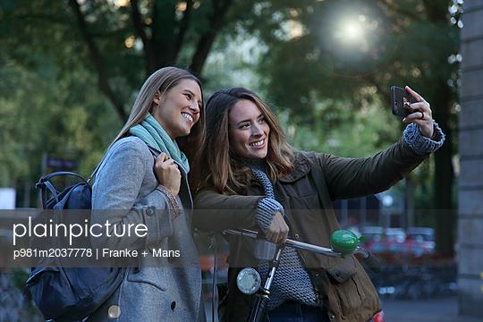 Selfie zur Erinnerung - p981m2037778 von Franke + Mans