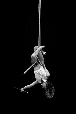 Aerial dancing beauty - p1166m2135958 by Cavan Images