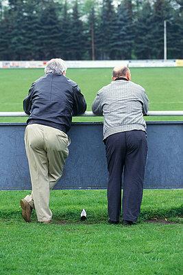 Zwei alte Herren als Zuschauer auf dem Fussballplatz  - p6430034 von senior images