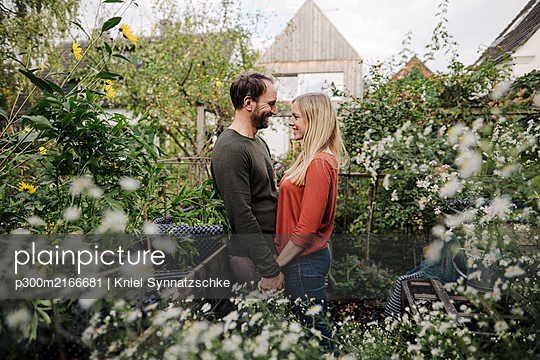 Happy couple enjoying their urban agrden - p300m2166681 by Kniel Synnatzschke