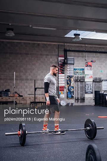 Young man working out in gym - p924m2098118 by Eugenio Marongiu