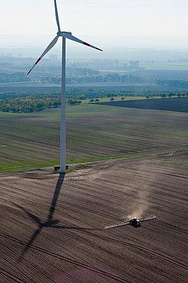 Ackerbau am Windpark Wundersleben - p1079m881311 von Ulrich Mertens