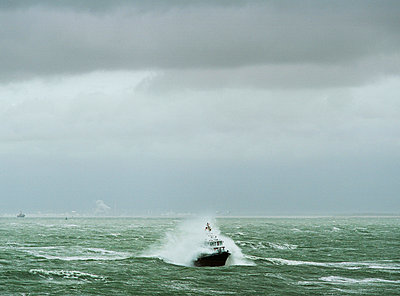 Pilot in heavy weather - p1132m925534 by Mischa Keijser