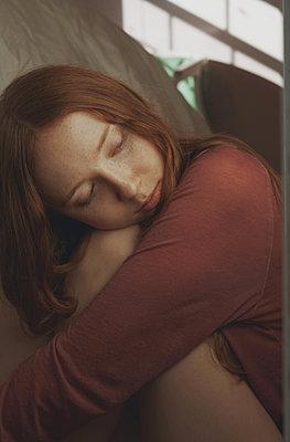 Trauriges junges Mädchen - p1694m2291658 von Oksana Wagner