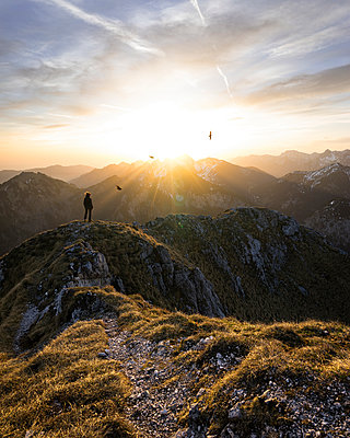 Female hiker standing on viewpoint during sunset, Saeuling, Bavaria, Germany - p300m2206854 by Matthias Aletsee