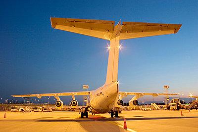 Parkendes Flugzeug bei Nacht - p627m672360 by Kirsten Nijhof