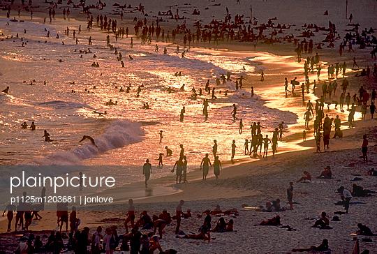 Beach seashore crowd - p1125m1203681 by jonlove