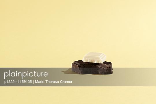 Weiße auf schwarzer Schokolade - p1322m1159135 von Marie-Therese Cramer