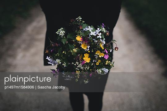 Frau hält bunten Blumenstrauß - p1497m1584906 von Sascha Jacoby