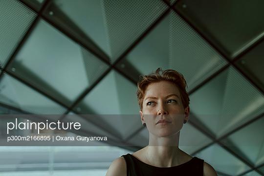 Portrait of urban red-haired woman - p300m2166895 by Oxana Guryanova