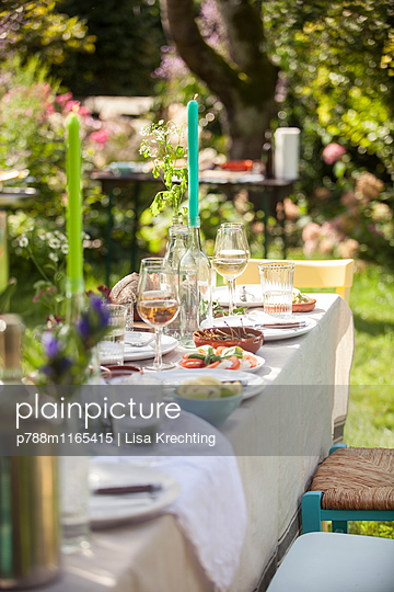 Gedeckter Tisch für die Gartenparty - p788m1165415 von Lisa Krechting