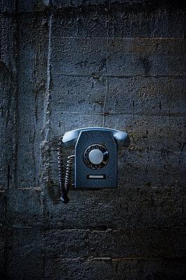 Telefon an einer Steinwand - p177m1465969 von Kirsten Nijhof