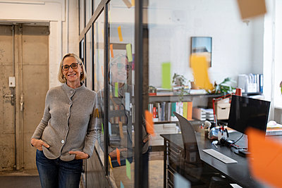 Portrait of smiling mature businesswoman in office - p300m2154952 by Gustafsson