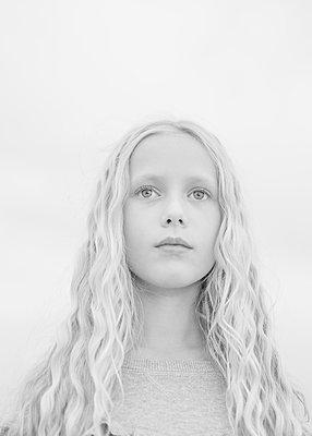 Blonde girl - p552m2124862 by Leander Hopf