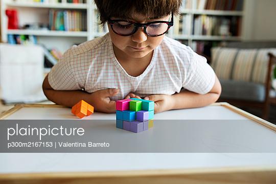 Barcelona spain, lifestyle kids at home, at home barcelona kids sibblings - p300m2167153 von Valentina Barreto