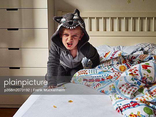 Junge im Wolfskostüm - p358m2073192 von Frank Muckenheim