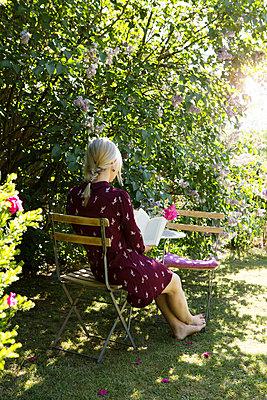 Lesende Frau im Garten - p1348m2013378 von HANDKE + NEU