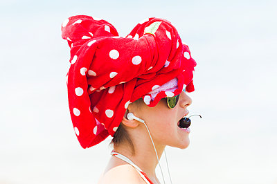 Young woman with sunglasses and turban - p1437m2008225 by Achim Bunz